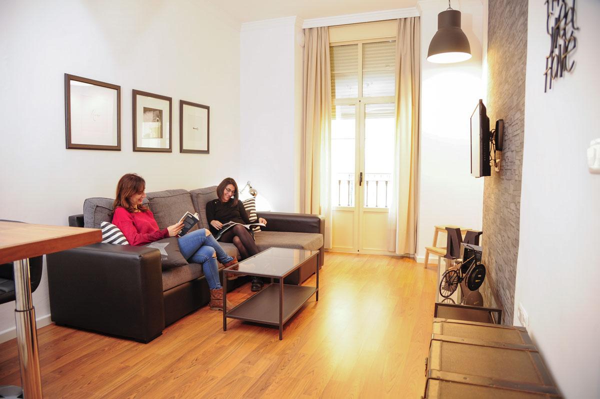 El sofá del salón, perfecto para una lectura tranquila o echar una cabezada