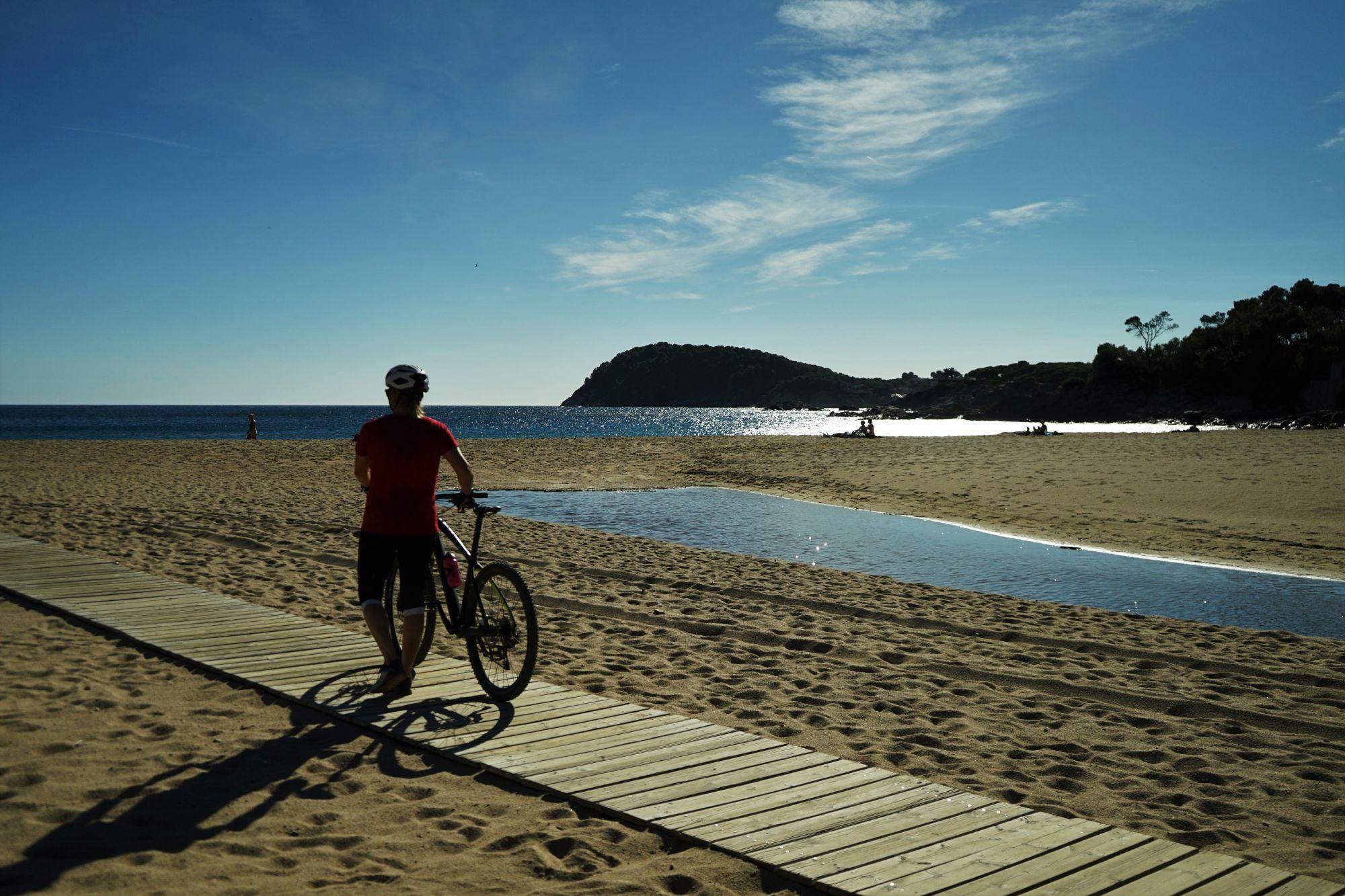 La playa del Castell es el arenal dorado más amplio de la Costa Brava.