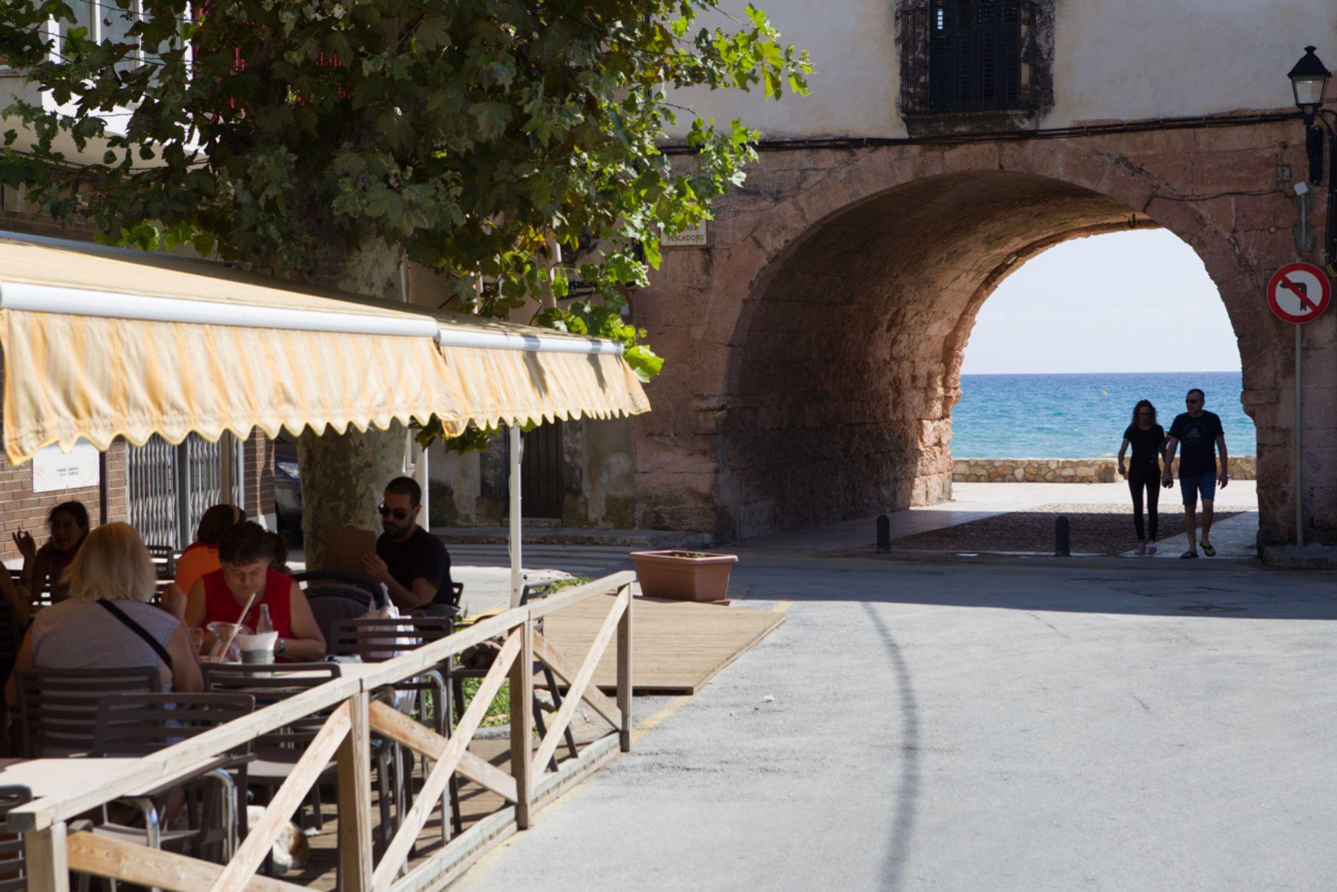 Un pasadizo conecta el Carrer Pescadors con el Carrer Botigues de Mar.