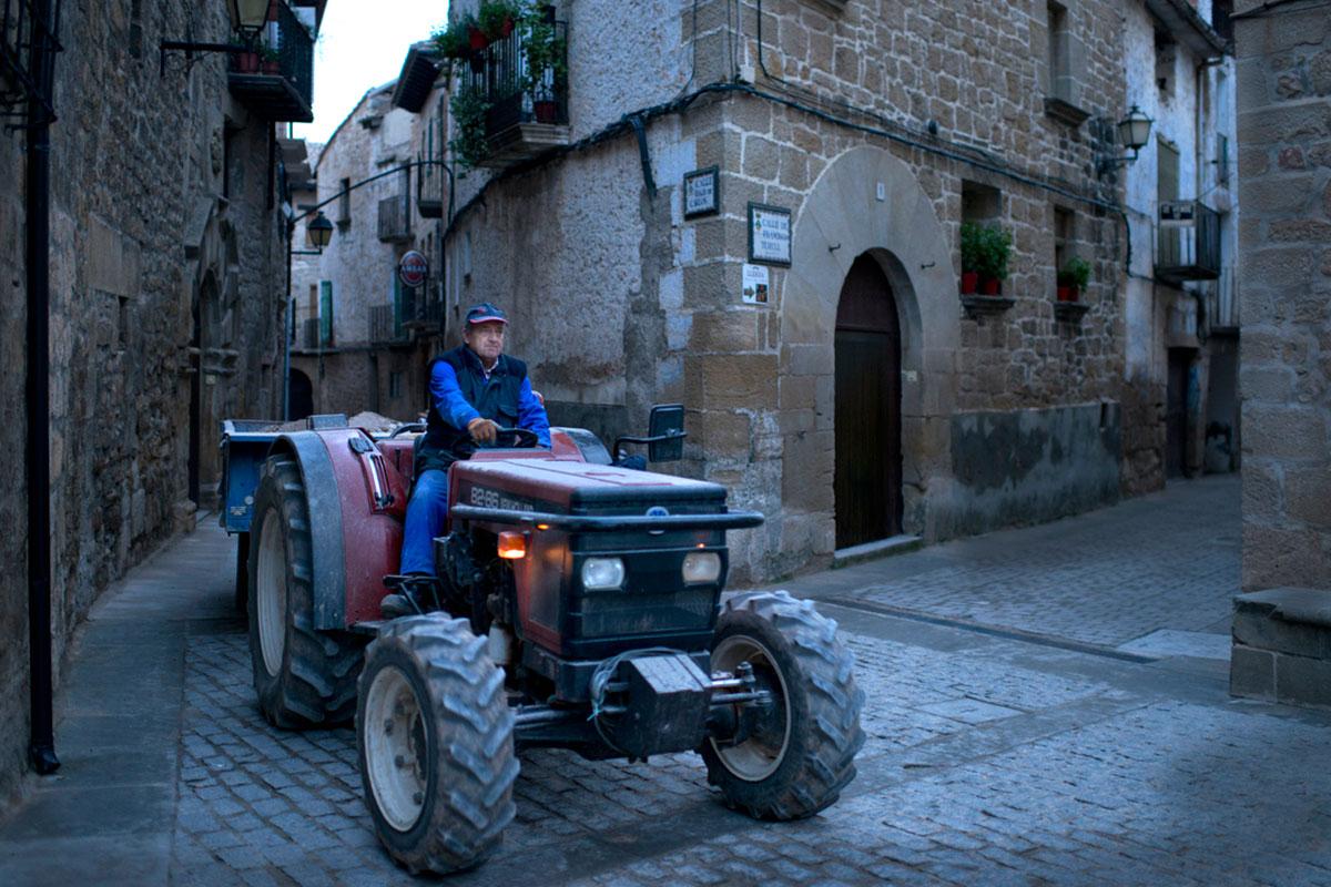 Un tractor a punto de atravesar la plaza Mayor de Cretas a última hora de la tarde.