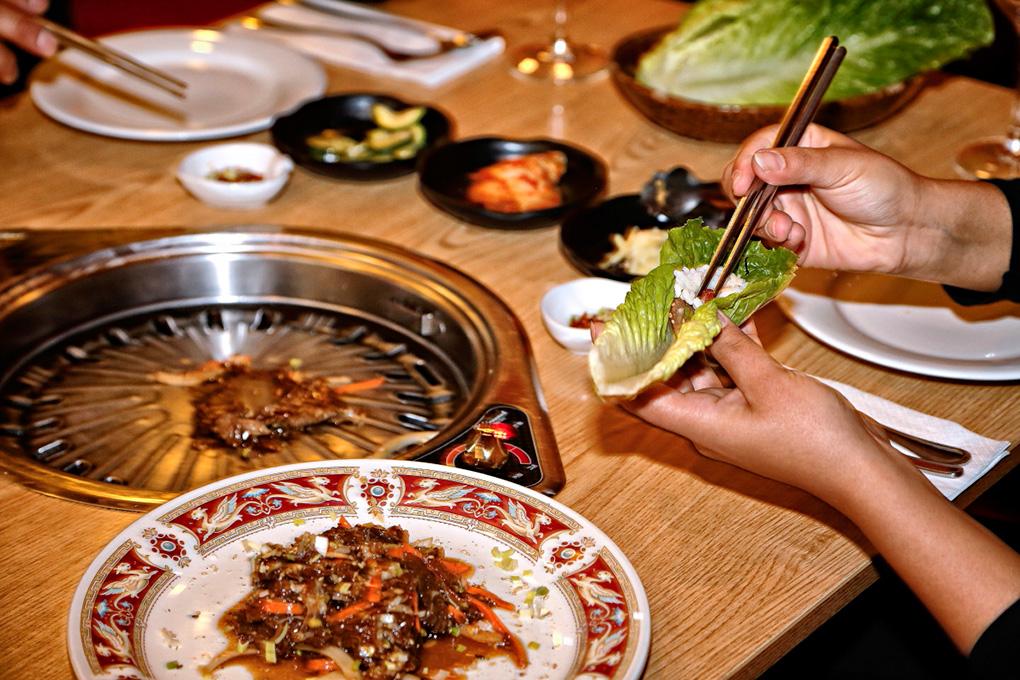 El comensal se hace su propia comida en una planca ubicada en la mesa.