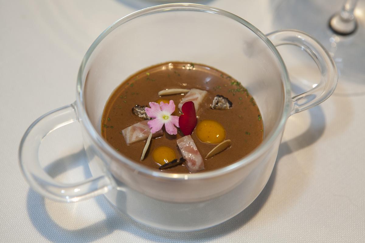 Anguila ahumada y trufa con ajonegro. El primer plato directo a epatar.