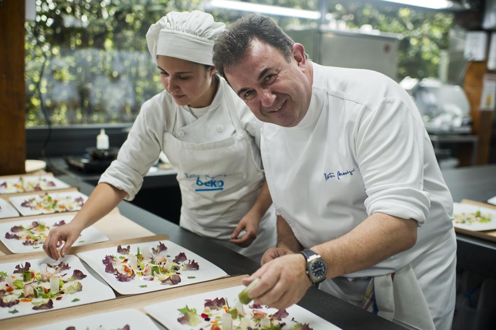 Martín Berasategui en las cocinas de su restaurante de Lasarte. Foto: Sofía Moro.