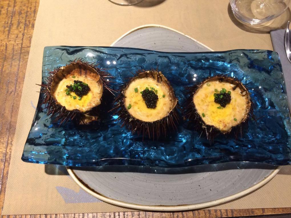 Deliciosos erizos gratinados al cava con caviar, en Eth Bistró. Foto: Facebook