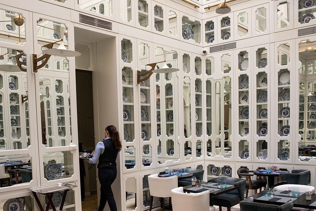 Otro de los restaurantes del hotel, con colección de platos de cerámica balear en las vitrinas