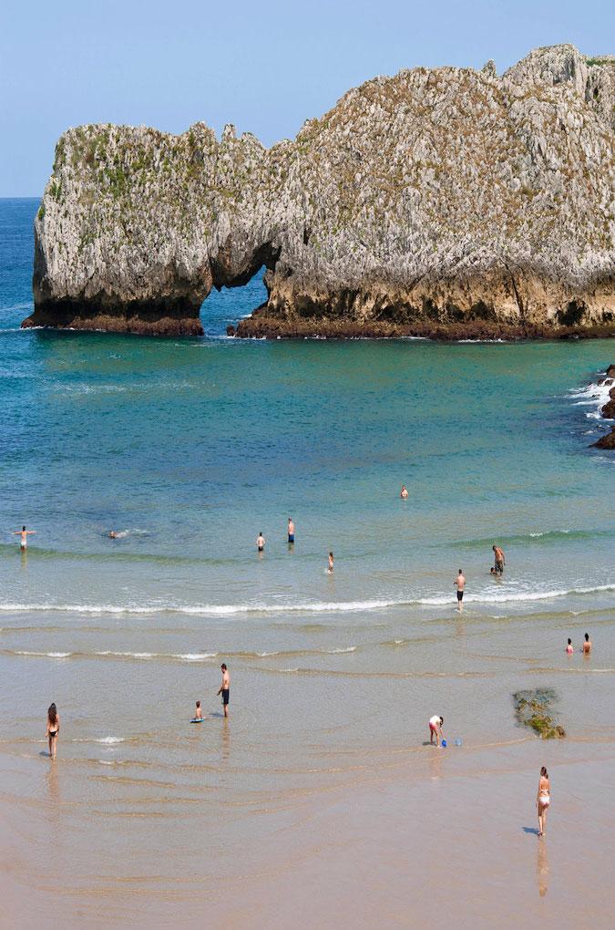 Esta playa también es conocida como Playa de Barnejo o playa de Prellezo. Foto: Gabri Solera / Flickr.
