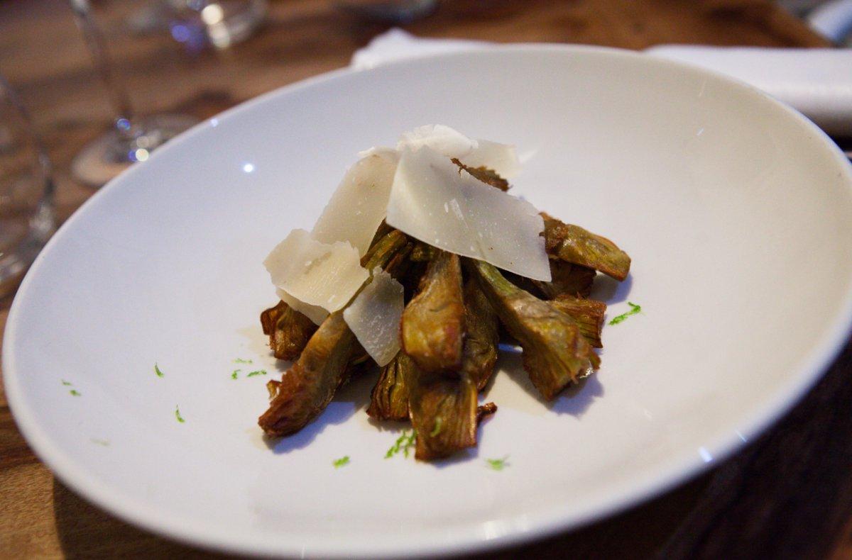 Las alcachofas cocinadas y fritas con lascas de parmesano y un toque de cítrico de lima.