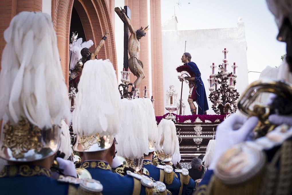 La Banda del Sol espera la salida del misterio de la Hermandad del Cerro del Águila desde su templo. Foto: Ayto. Sevilla