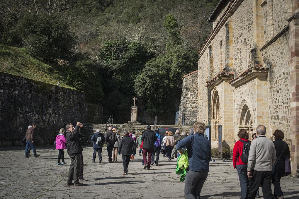 Los turistas se apresuran a entrar el Monasterio. La Puerta del Perdón, la primera a la derecha, abrirá el 23 de abril.
