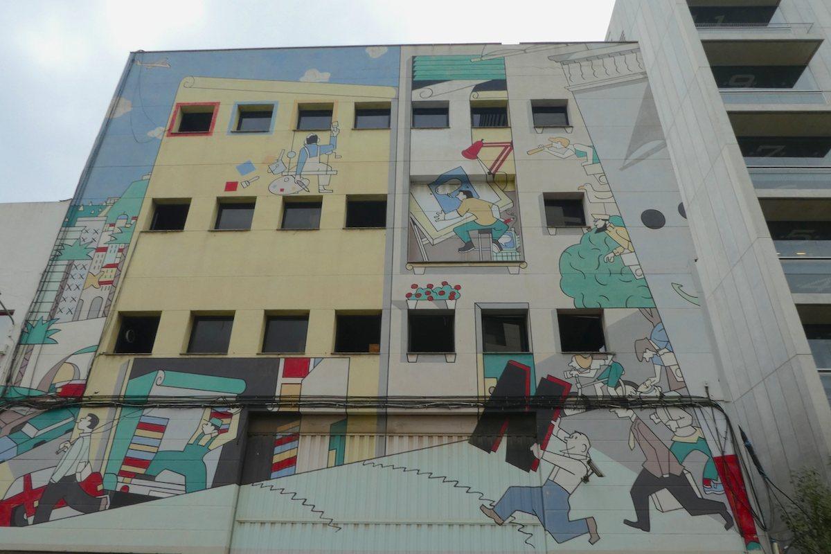 El edificio de la calle Fluvià, 49, un 'cuadro' XXL en colores pastel.