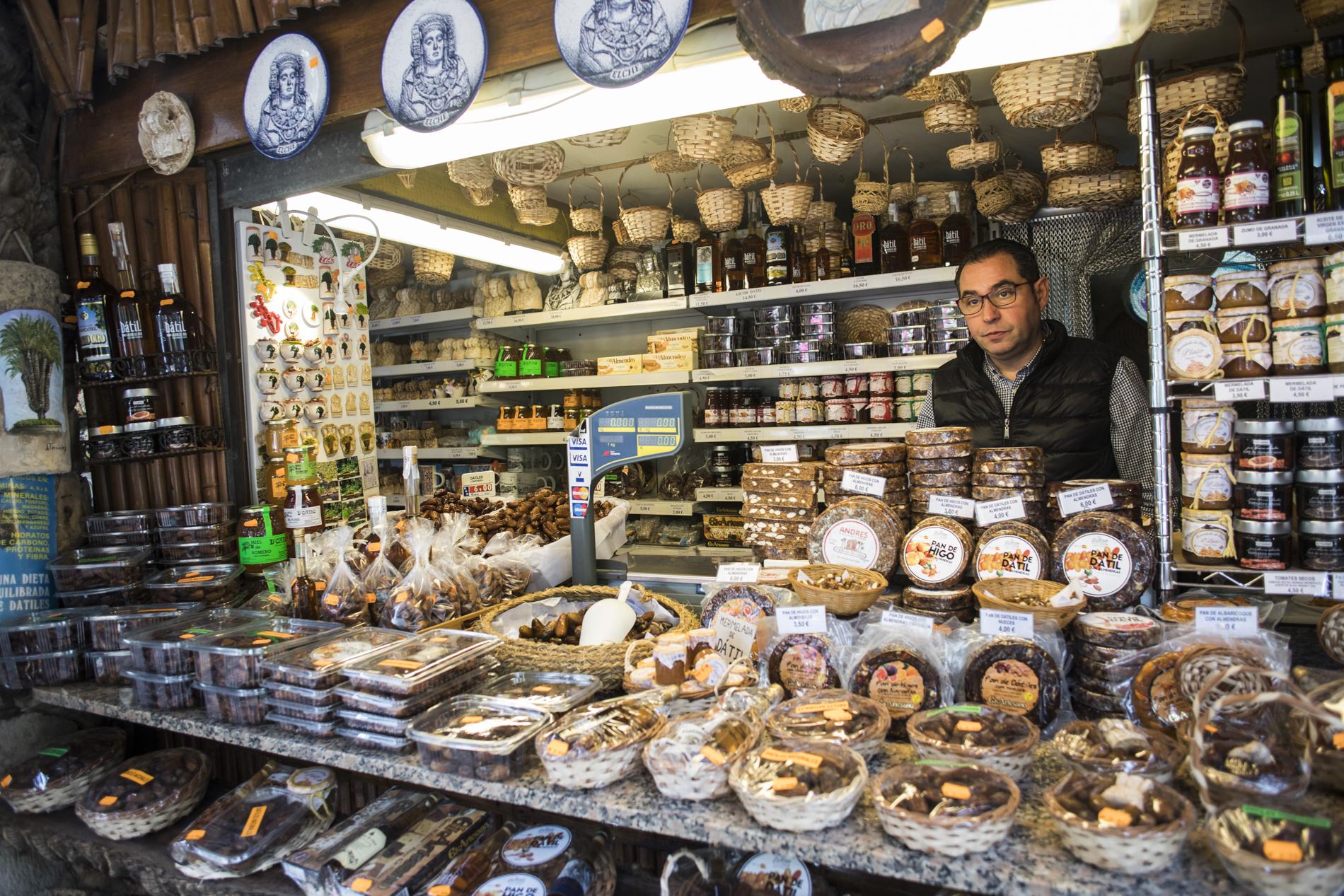 Un puestecillo de souvenirs y productos típicos en el Huerto del Cura, en Elche (Alicante).