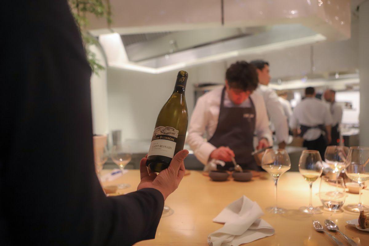 Sirviendo vino en la Mesa del Chef del restaurante Nerua.
