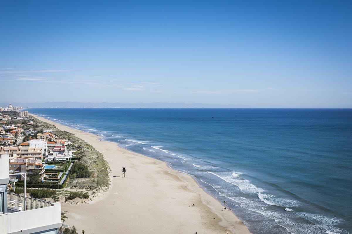 Del Perelló a Cullera es posible encontrar playas cómodas y amplias, de arena muy fina.