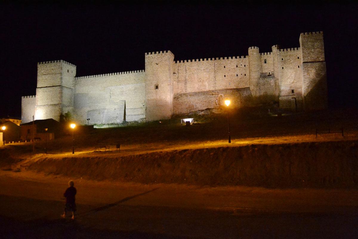 El castillo impone cuando cae la noche.
