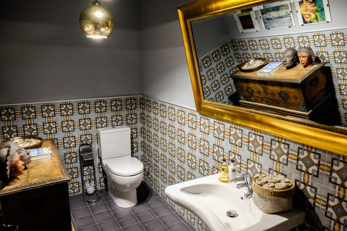 El mueble del cuarto de baño común de la planta baja viene de Singapur.