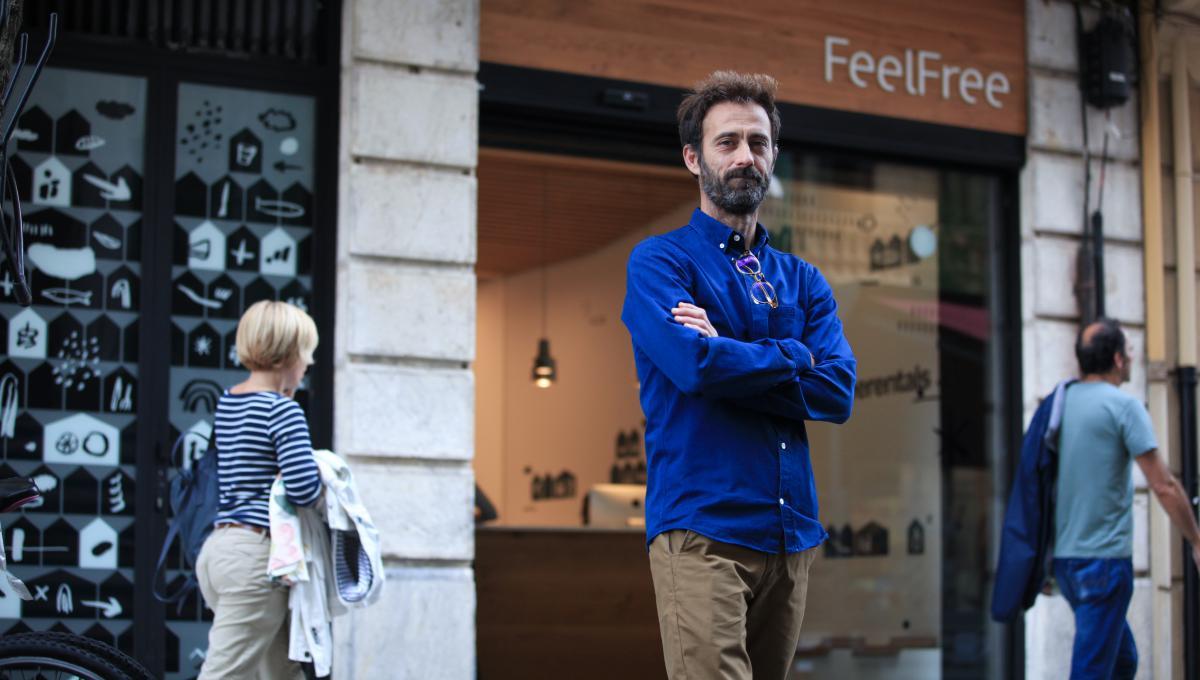 Juan Ramón, socio y director, a las puertas de la oficina en pleno centro de Donostia.