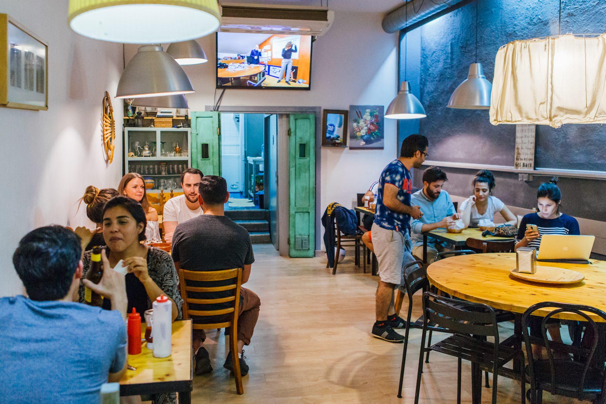 Para Musta, es tan importante que la comida sea sabrosa como que los clientes se sientan como en casa.