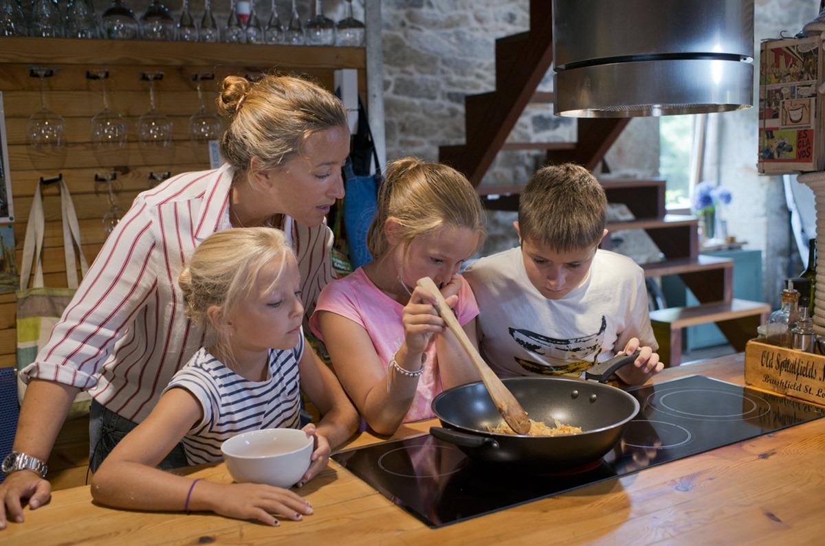 Hay que cocinar hasta que la cebolla esté blandita.