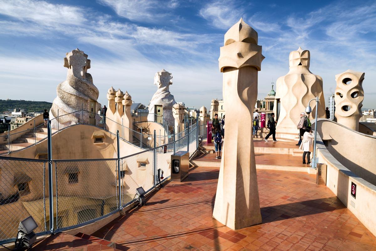 La azotea de Casa Milà es uno de los atractivos turísticos más populares de la ciudad condal. Foto: Shutterstock