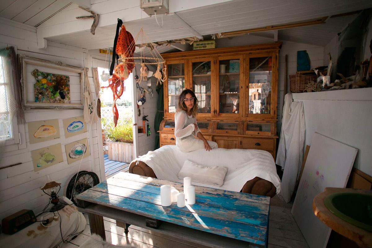Casita de la Playa: Rebeca en el interior de la casita marinera, en la azotea de la Casita de la Playa, en el barrio de las Viñas. Foto: Juan Carlos Toro