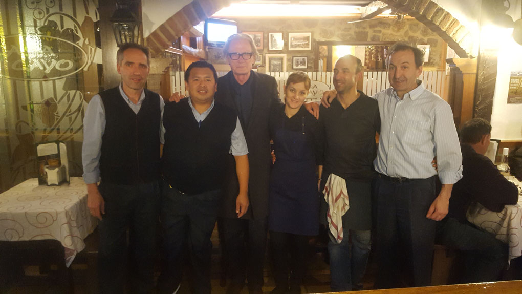 De izq. a dcha. Jaime, Dani, el actor Bill Nighy, Bárbara, Cayín y Manel. Foto: Casa Cayo.