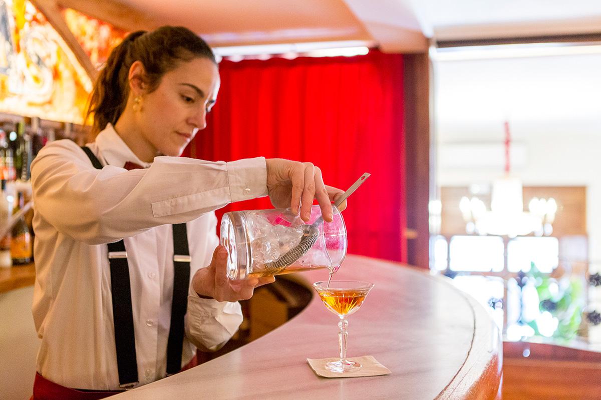 En la planta superior del 'Bar Muy Buenas' se encuentra la coctelería, únicamente utilizan licores catalanes.