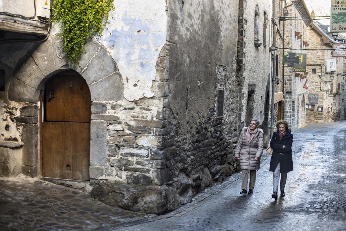 Ana y Pilar, en la calle principal de Torla, en una de sus fachadas torre.