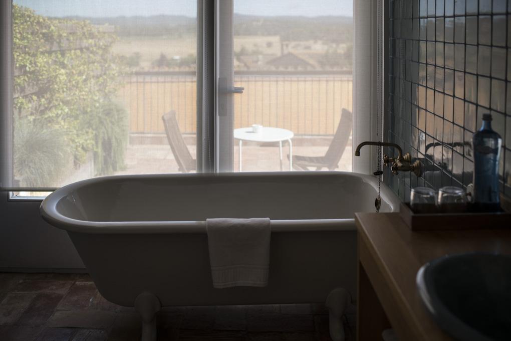 Bañera con vistas y terraza privada en la habitación de la artista.