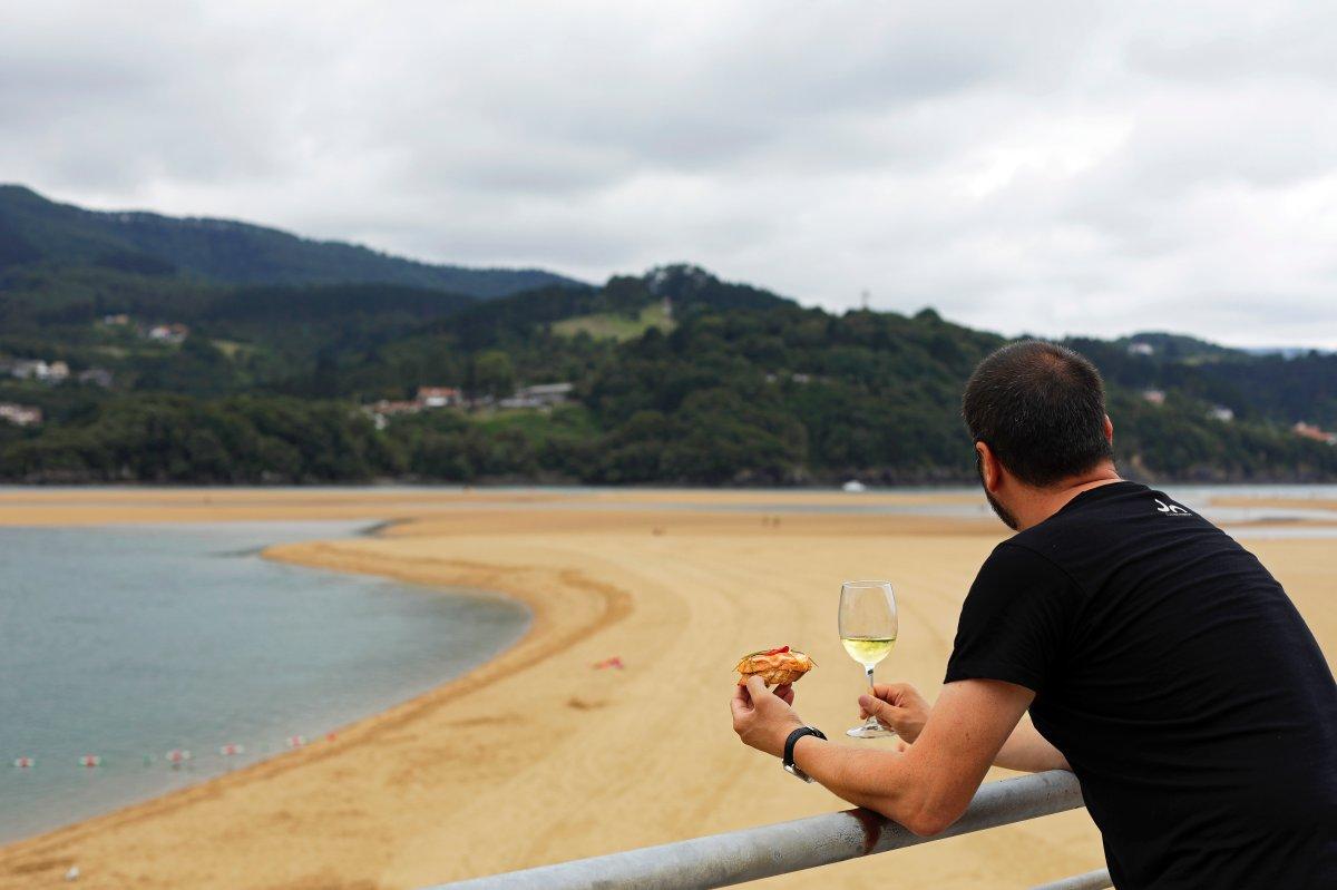 La taberna 'Atxarre', en la playa de Laida, tiene una vistas impagables.