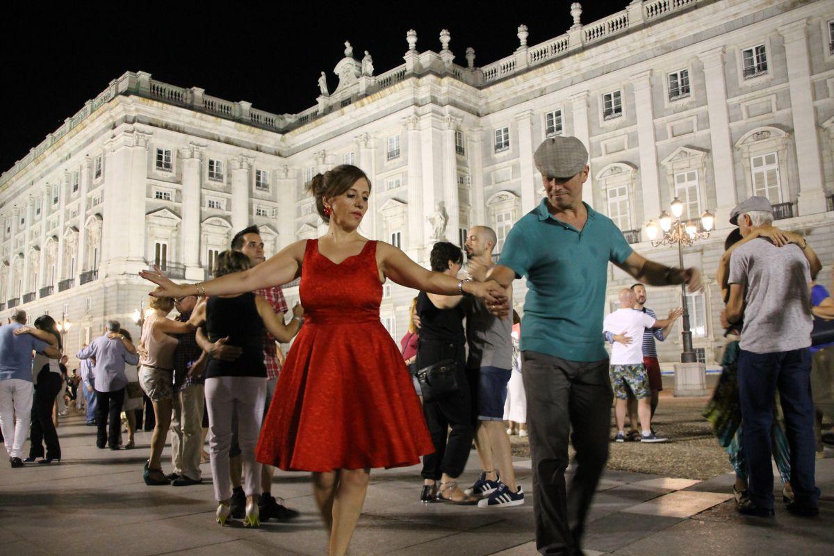 Bailando junto al Palacio Real de la Plaza de Oriente, de Madrid. Foto: Veranos de la Villa.