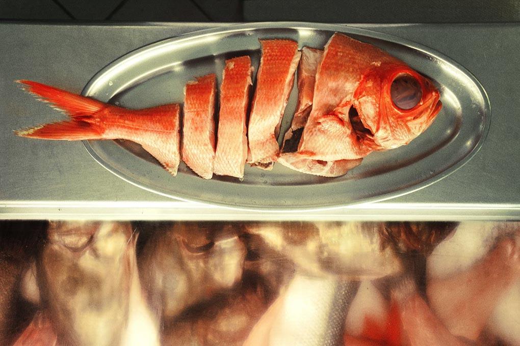Solemos imaginar la parrilla repleta de carne, pero los pescados también la ocupan con gracia. Foto: Güeyu Mar.