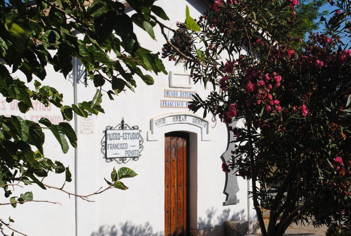 La casa museo del pintor Francisco Poyato marca el punto de regreso.