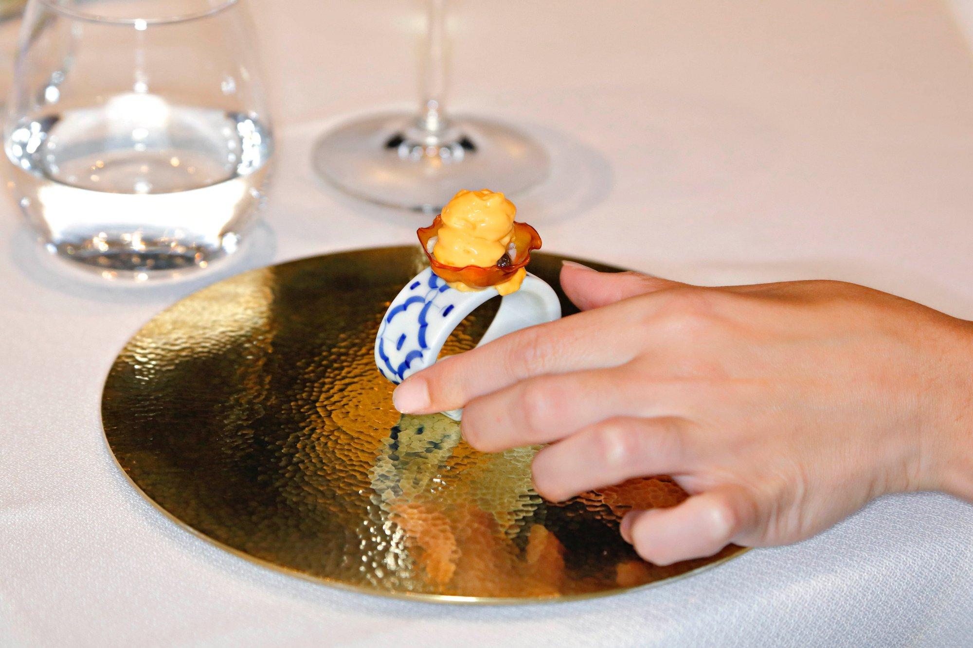 Cilindro de 'kimchi' con ibérico confitado y ostra.