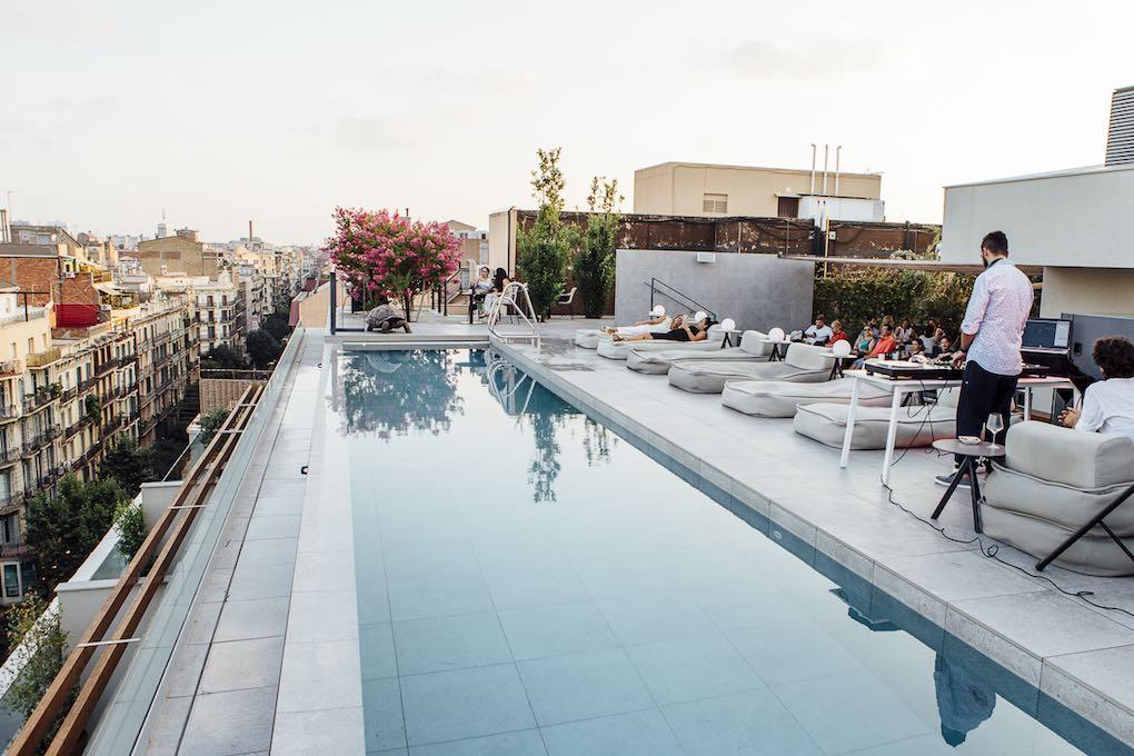 Piscina infinity en los tejados de Barcelona.