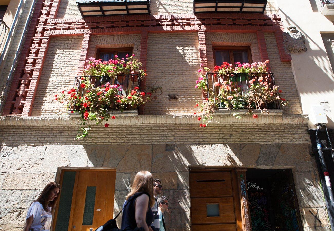 Pamplona - Balcones adornados con geranios