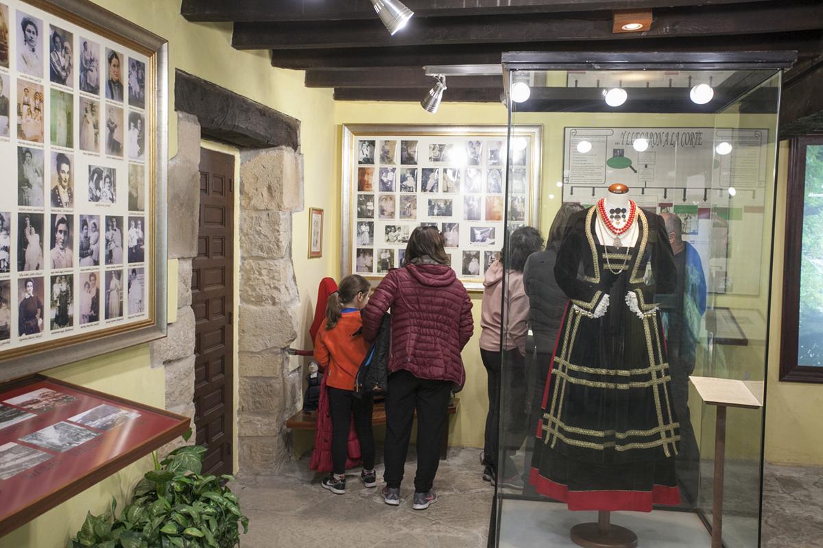 Museo de las Amas de Cría. Selaya. Cantabria. Hay niños de la comarca que buscan a sus bisabuelas en las fotos.