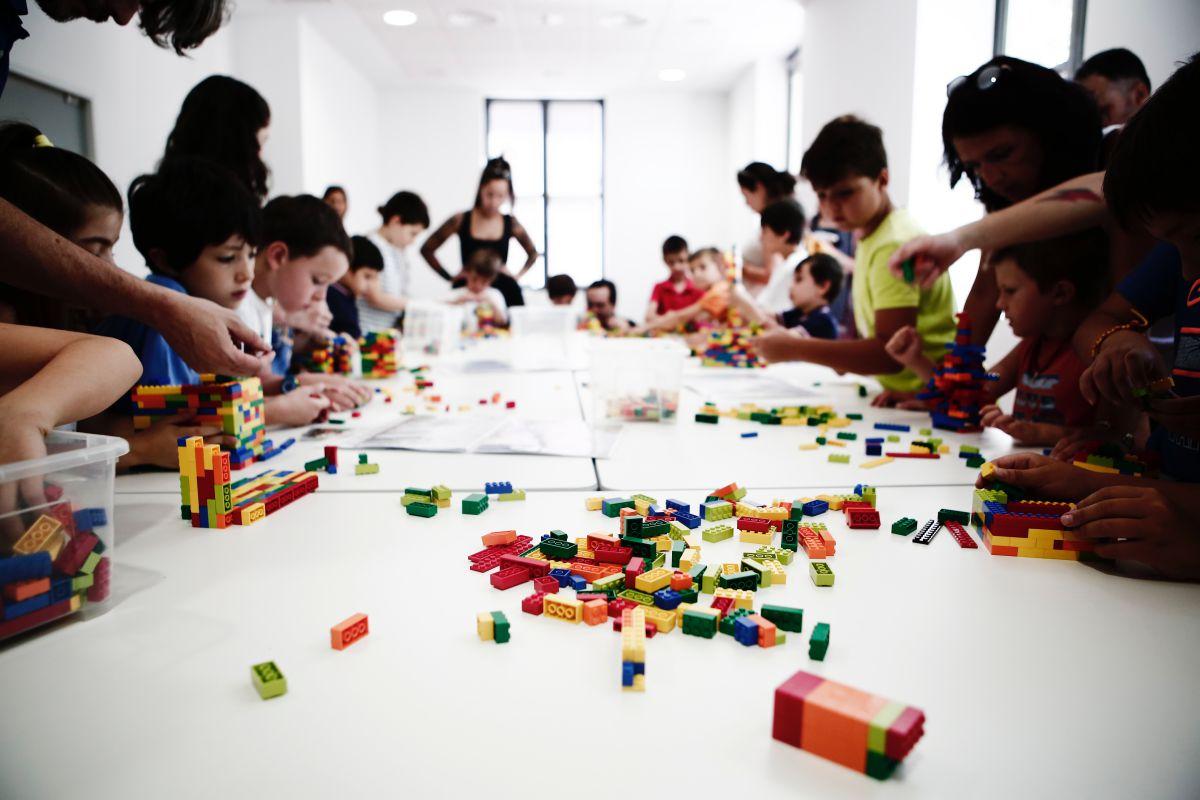 Los niños construyen casas y estructuras en La Urbanoteca. Foto: Espacio Abierto.