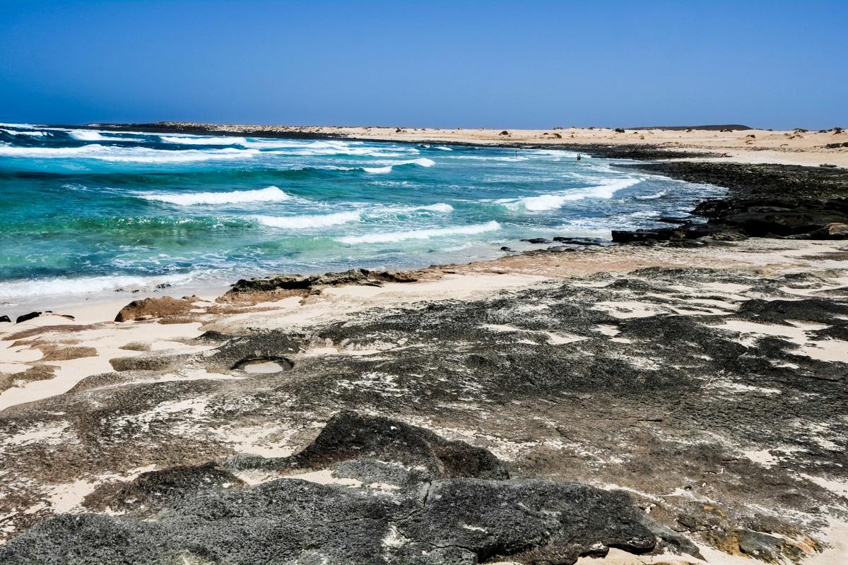 Los colores de la Playa del Ámbar hipnotizan al visitante.