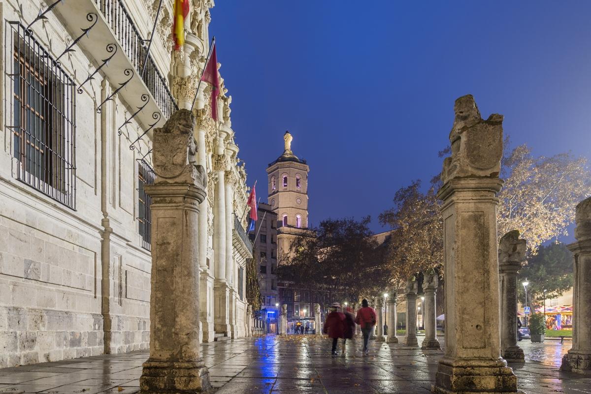 Las columnas rematadas con leones de la plaza de la universidad acentúan la verticalidad de la fachada. Foto: Shutterstock
