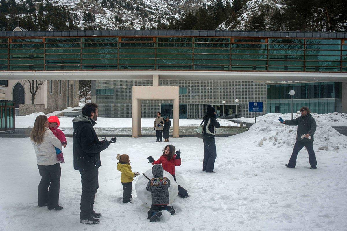 Además de las actividades del 'kids club', toda la familia puede divertirse con una guerra de bolas de nieve.