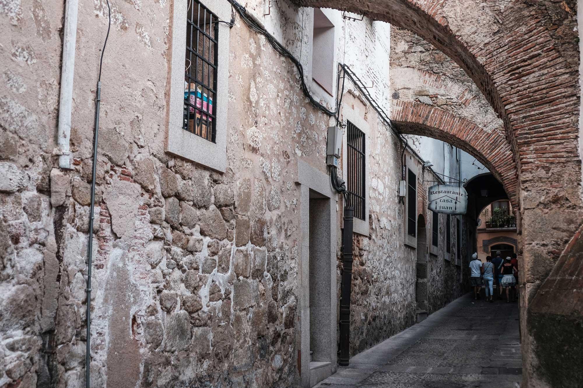 Muchas calles de intramuros revelan vestigios de su pasado señorial.