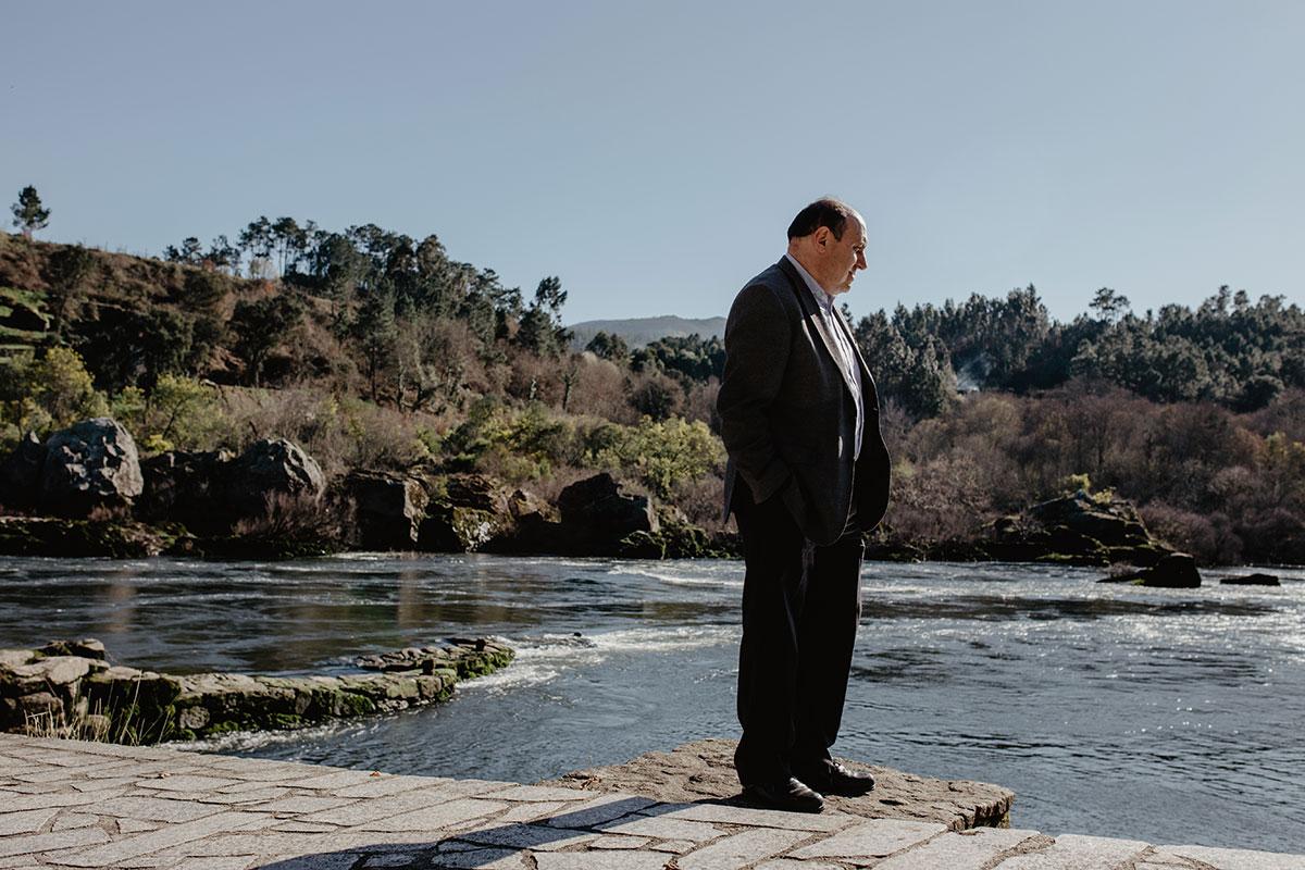 El alcalde Horacio Gil al lado de una 'pesqueira'.