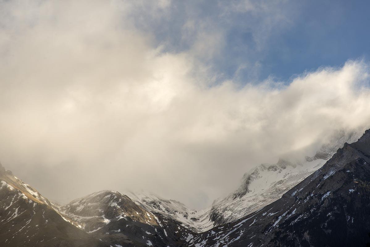 Los picos coquetean con la niebla a espaldas del caminante a Bujaruelo.