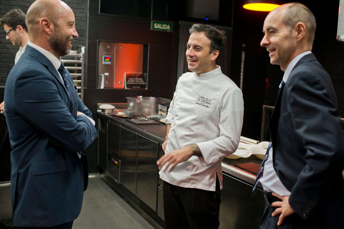 Armando, David y Juan Manuel charlan en la nueva cocina de 80 m2.