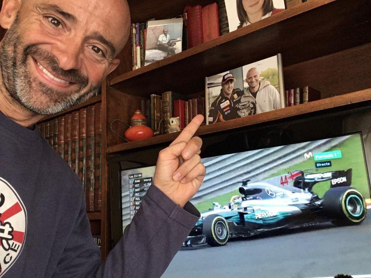 Lobato en casa de su madre, en Oviedo, viendo la carrera del GP de Bélgica.