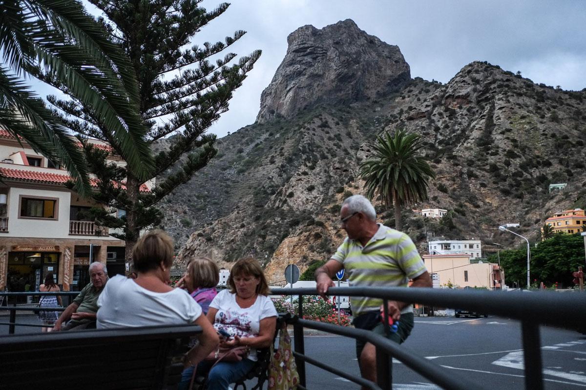 La Gomera: Vista al fondo del Roque Cano desde la plaza de Vallehermoso. Foto: Hugo Palotto