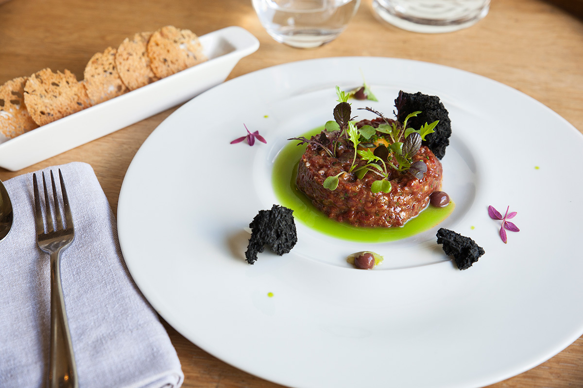 Restaurante Eme Be Garrote Grill: Steak tartar Premium con jugo de verde de olivas, el orgullo de la casa. Foto: Garikoitz Díaz