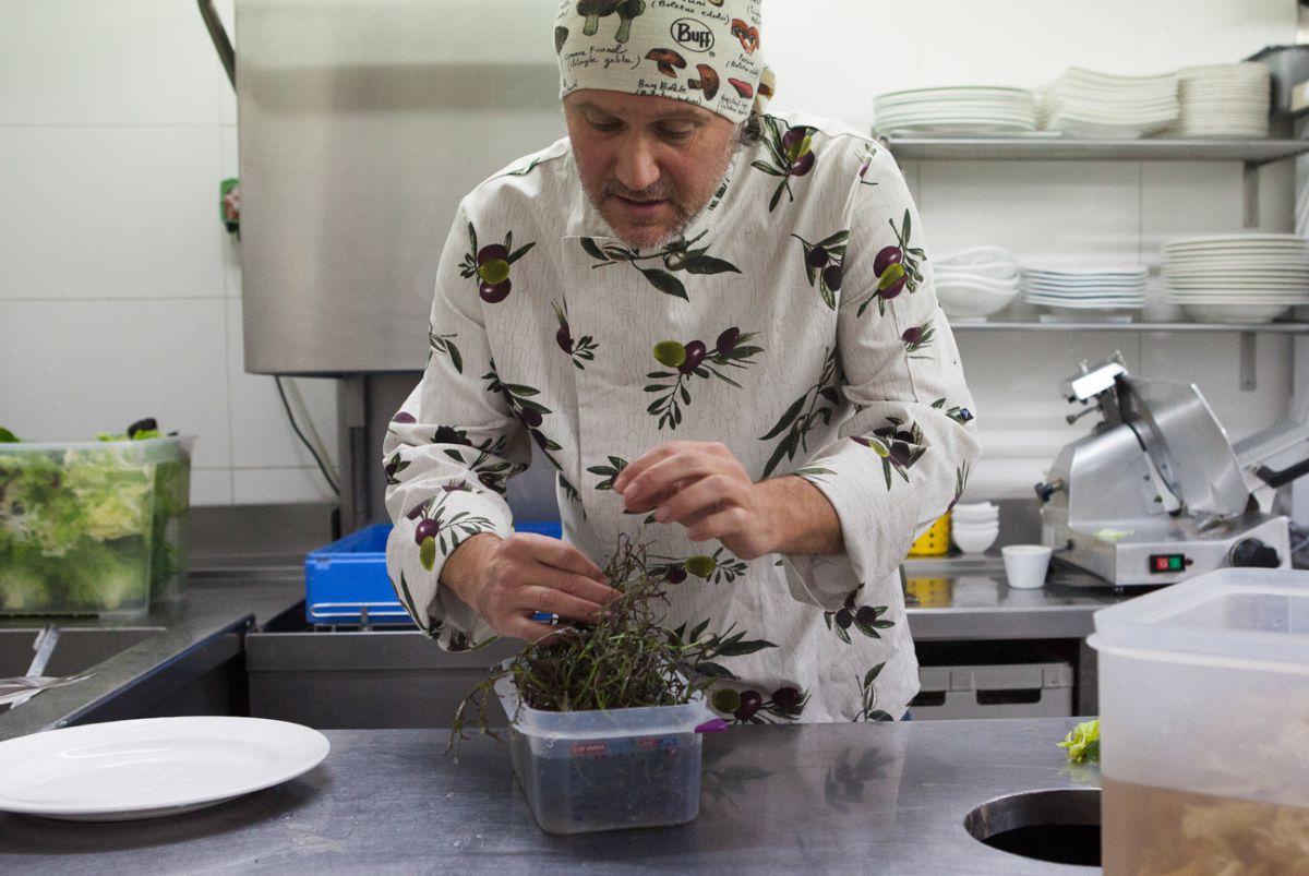 Santiago Cordón, cocinero y hortelano de Tudela en acción