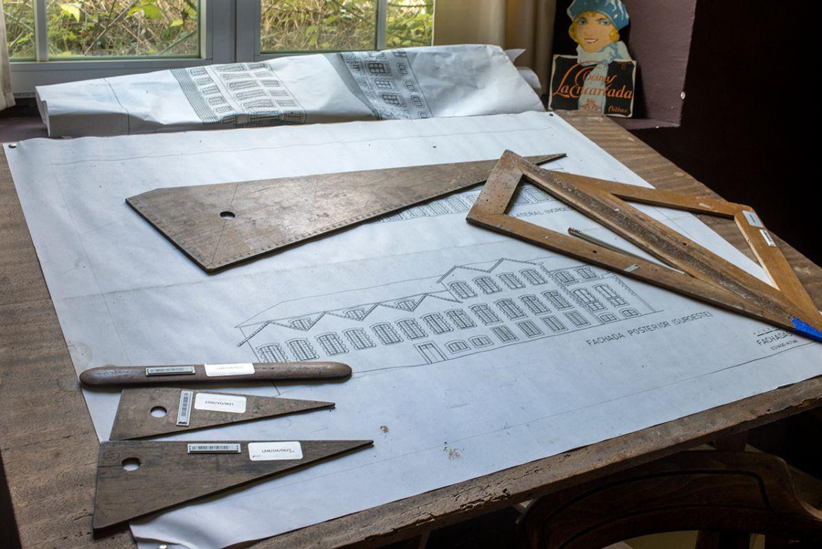 Una mesa de trabajo en el museo de La Encartada en la que parece que aún sigue habiendo vida.