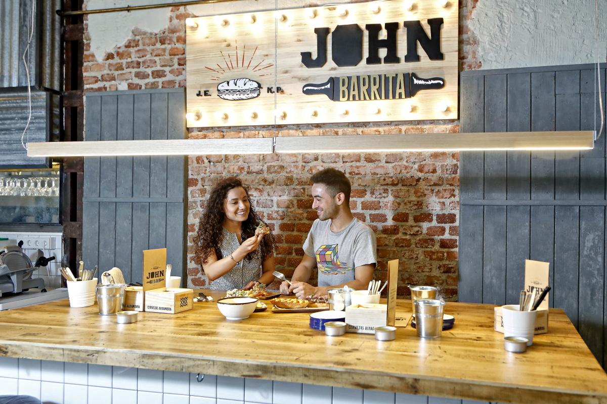 El espacio cuenta con una gran mesa para compartir entre varios clientes.